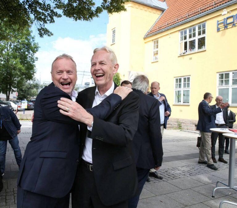 Byrådsleder i Oslo, Raymond Johansen (til venstre), og Bærums vararordfører Ole Kristian Udnes var svært glade da byvekstavtalen mellom Oslo og Akershus ble signert på Skøyen stasjon onsdag. Den sikrer finansieringen av Fornebubanen.FOTO: EVA GROVEN