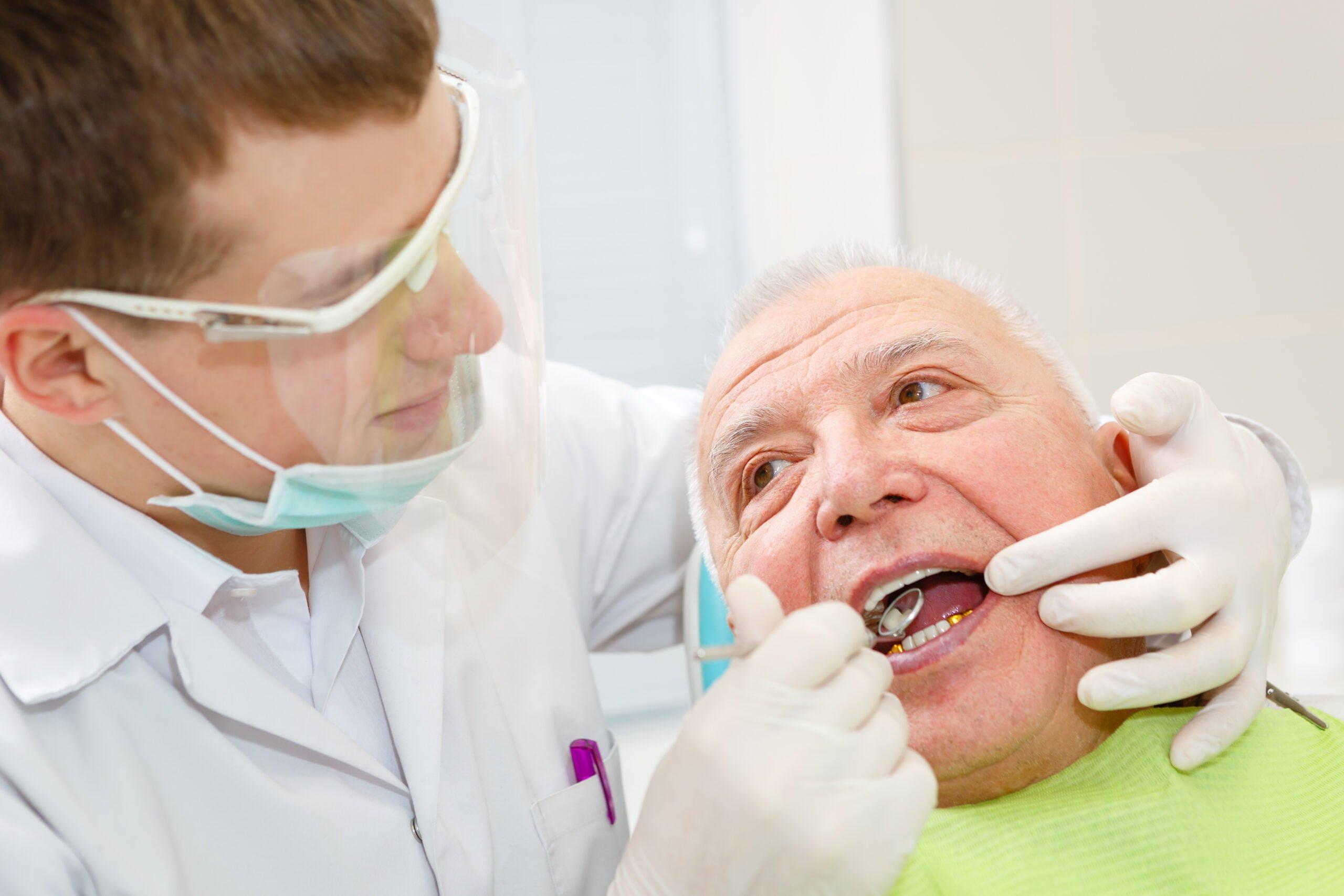 Senior hos tannlegen -